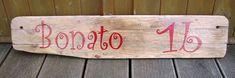 ✿ Uriges Holz vereint mit fröhlicher Schrift ➤ ein Namenschild +Hausnummer, das schon in der Einfahrt begeistert ! Bamboo Cutting Board, Home Decor, Bonito, House Numbers, Driveway Entrance, Driftwood, Cottage Chic, Home Decor Accessories, Decoration Home