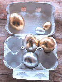 """""""Eier mit Schlagmetall versilbert oder vergoldet (ein Brief = 25 Blatt, je 14 x 14 cm groß, Bastelladen). Damit es auf dem Untergrund haftet, brauchen Sie ein Anlageöl. Die Eier mit dem Anlageöl sehr dünn einstreichen und trocknen lassen. Die Silber- oder Goldblättchen in kleine Stücke teilen, auflegen und mit einem weichen Pinsel und den Fingern andrücken. Als Schutz einen Klarlack auftragen, weil Metall anläuft."""" Zitat Brigitte.de"""