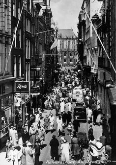 Kalverstraat in Amsterdam. Amsterdam Holland, New Amsterdam, Old Pictures, Old Photos, Ancient Buildings, Shopping Street, 10 Picture, Cute Backgrounds, Netherlands