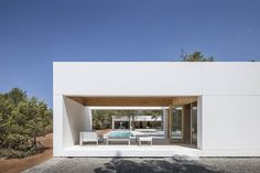 A house of five volumes designed by architect Maria Castello has found its place in the terraced landscape of the San Mateo plain on the island of Ibiza. Hotel Ibiza, Wooded Landscaping, Modern Minimalist House, White Paneling, Built In Storage, Foto E Video, New Homes, House Styles, Design