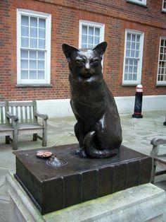 Памятник коту Ходжу, сидящему на книге своего хозяина - поэта Сэмюеля Джонсона.  Адрес: Великобритания, Лондон, Gough Square неподалеку от Флит-Стрит, дом №17