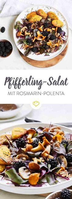 Verwöhn dich mit einem Salat-Bouquet aus Pfifferlingen, Champignons, Brombeeren und Rote-Bete-Blättern mit schmackhafter Rosmarin-Polenta.