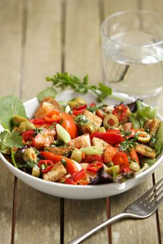 Italian Pepper and Tomato Salad with olives and capers Tomato Salad, Salad Ingredients, I Foods, Side Dishes, Appetizers, Vegetarian, Yummy Food, Stuffed Peppers