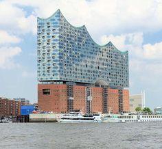 2674 Gebäude der Elbphilharmonie in der Hamburger Hafencity - seit Juli 2015 sind die Baukräne entfernt. ©www.bildarchiv-hamburg.de Das 110m hohe Konzerthaus Elbphilharmonie befindet sich seit April 2007 im Bau. Das Gebäude wird auf dem ehem. Kaispeicher A, einem Kakao-, Tee- und Tabak-Speicher errichtet. Der Entwurf und die weitere Hochbauplanung des Gebäudes stammt vom Architekturbüro Herzog & de Meuron. Bauherrin ist formell die Elbphilharmonie Hamburg Bau GmbH & Co. KG, deren…