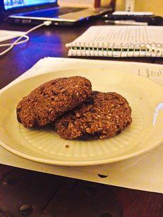 ciastka kasza gryczana ;) piekarnik do 350F. W maszynce połączyć 3 łyżki kaszy gryczanej + 1 1/2 łyżki brązowego cukru + 1 łyżeczka kakao+ 1/8 łyżeczki sody .Grind aż kasza przypominają  mąkę. Wlać do suchych składników osobnej misce i wymieszać z 1 łyżki masła orzechowego + 1 czubata łyżka jabłkowym + 1 porąbane ciemny kwadrat czekolady. Zwinąć ciasto na dwie kule, lekko spłaszczyć i piec8 min