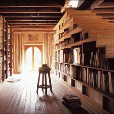 Une bibliothèque dissimulée dans l'escalier
