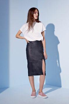 Как носить платья и юбки с кедами или кроссовками