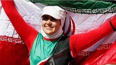 Ela vive super coberta. É mulher num país que assusta o mundo. Sofreu um acidente que a deixou sem movimentos das pernas. Mesmo assim Zahra era lutadora de taekwondo quando sofreu um acidente automobilístico que mudou sua vida.  Sofreu física e emocionalmente. Mas reagiu. Desde 2006 treina outro esporte e agora ela defende p Irã como arqueira.  Em Londres 2012 a atleta foi a primeira mulher de seu país a ganhar uma medalha Olímpica e Paraolímpica e por isso foi escolhida para ter a honra de…