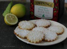 I biscotti al limone senza uova sono dei dolcetti friabili, profumati e semplici da realizzare, adatti anche agli intolleranti.