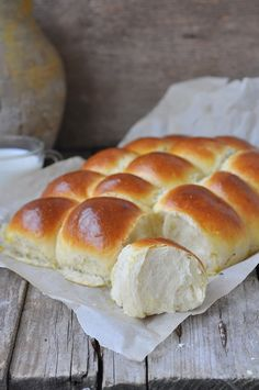 Hawaiian Sweet Rolls are perfectly sweet and tender. These fluffy homemade rolls are infused with pineapple juice and the recipe is better than Kings brand The post Fluffy Hawaiian Sweet Rolls appeared first on Daisy Dessert. Best Bread Recipe, Quick Bread Recipes, Baking Recipes, Quick Dinner Rolls, No Yeast Dinner Rolls, Easy Desserts, Dessert Recipes, Hawaiian Sweet Rolls, Homemade Rolls