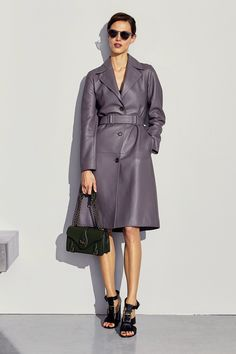 Anos 40: vestidos com ares vintage se destacam no pre-fall da Bottega Veneta - Vogue | Desfiles