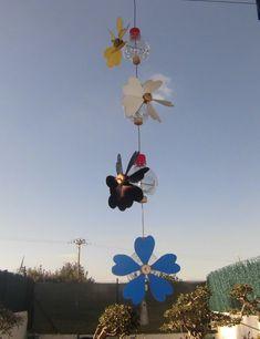 Composición de cuatro molinillos de viento, reciclando botellas de agua