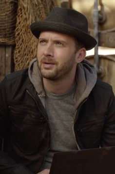 Toby Curtis in Scorpion  S01E07