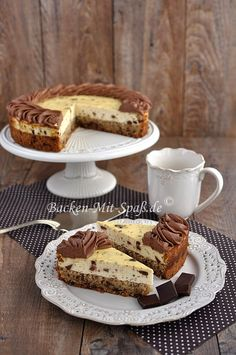 Käsekuchen mit Nuss- Schokoboden Delicious cheesecake with chocolate chips and a thick nut and chocolate base. I decorated the edge of the cheesecake with ganache. The cheesecake is completely gluten Healthy Dessert Recipes, Smoothie Recipes, Snack Recipes, Pecan Recipes, Appetizer Recipes, Dessert Simple, Food Cakes, Torte Au Chocolat, Easy Homemade Ice Cream