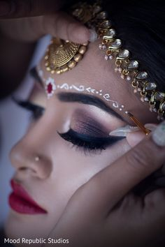 Traditional bengali forhead makeup. http://www.maharaniweddings.com/gallery/photo/100774