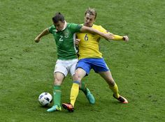 Sweden's midfielder Emil Forsberg (R) and Ireland's defender Seamus Coleman vie for the ball during the Euro 2016 group E football match between Ireland and Sweden at the Stade de France stadium in Saint-Denis on June 13, 2016. / AFP / PHILIPPE LOPEZ