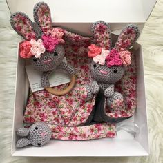 Coffret naissance lapinette flowers au crochet pour bébé fille doudou, hochet et attache tetine crochet lapin Baby Gift Hampers, Baby Gift Box, Baby Box, Handmade Baby Gifts, Personalized Baby Gifts, Baby Shower Baskets, Baby Shower Gifts, Crochet Toys Patterns, Stuffed Toys Patterns