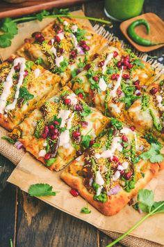 Samosa Chaat Pizza – The Chutney Life Indian Appetizers, Indian Snacks, Indian Food Recipes, Appetizer Recipes, African Recipes, Jain Recipes, Indian Desserts, Samosa Chaat, Samosas