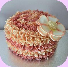Tarta bicolor decorada con manga pastelera