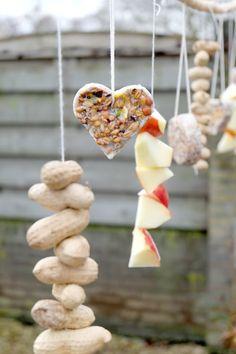 DIY: Bird Food Hangers - No Ordinary Tales - diy-vogelvoer. Homemade Bird Feeders, Diy Bird Feeder, Fall Crafts, Diy And Crafts, Diy For Kids, Crafts For Kids, Knock Off Decor, Realistic Cakes, Pumpkin Planter