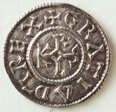 Denier de Charles le Chauve, Château-Landon La monnaie d'or vient pratiquement de disparaître du marché quand Ch le Ch, après 840, entreprend de battre une monnaie d'argent. Il répartit les ateliers monétaires dans différentes villes du royaume. Charles reprend le modèle de la pièce de Charlemagne, remplace à l'avers le Karolus Rex FR, « Charles, roi des Francs », par la formule Gratia D-I Rex, « roi par la grâce de Dieu »,  Au revers, il dénomme le lieu de l'atelier de frappe
