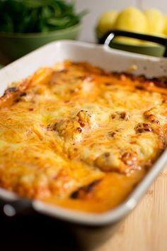 Ett snabbt middagstips kommer här: En riktigt lättlagad gratäng med torsk, tomatgrädde och ost, bara att blanda ihop och grädda. Vi åt tomatfisken med kokt potatis och bladspenat. Ha en skön tisdagskväll! Enkel fiskgratäng med tomat (4-6 port.) 800 g torskfilé Salt, peppar 3 dl grädde 3 msk tomatpuré 1 dl riven ost Sätt ugnen … Fish Recipes, My Recipes, Dinner Recipes, Norwegian Food, Swedish Recipes, Recipe For Mom, Fish And Seafood, Soups And Stews, Carne