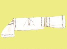 Mužská košeľa, Ábelová, okolo roku 1880. Košeľa je ušitá z domáceho poloľanového plátna. Driek a rukávy sú z jednej šírky – preloženej poly plátna. Výzdobu košele tvorí čipková vložka z konopnej a bavlnenej nite vložená medzi driek a rukávy. Z oboch strán čipkovej vložky, okolo rozparku a nad spodným okrajom rukáva je pás drobnej hrachovinky. Košeľa predstavuje staršiu formu, ktorú už koncom 19. storočia vystriedala košeľa mestského strihu.