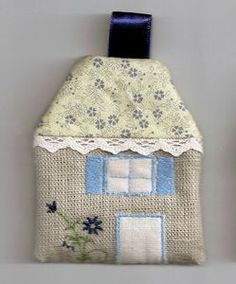 c'est une maison bleue... Fabric Houses, Patches, Diy, Blue Home, Do It Yourself, Bricolage, Handyman Projects, Diys, Crafting