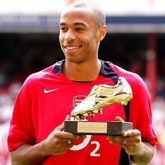 Thierry Henry of Arsenal recieves the Golden shoe before the Barclays Premiership match between Arsenal and Middlesbrough at Highbury on August 2004 in London. Get premium, high resolution news photos at Getty Images Arsenal Fc Players, Arsenal Soccer, God Of Football, Football Soccer, Messi, Thierry Henry Arsenal, Dennis Bergkamp, Middlesbrough, Professional Football