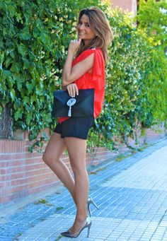 Fashion and Style Blog / Blog de Moda . Post: Hanging out with friends / Salir con los amigos .More pictures on/ Más fotos en : http://www.ohmylooks.com/?p=23177 .Llevo/I wear: Blouse / Blusa : Oh My Looks Shop (info@ohmylooks.com) ; Short : Zara (old) ; Clutch/Bolso : Cordón de seda; Shoes / Zapatos : Jessica Simpson .