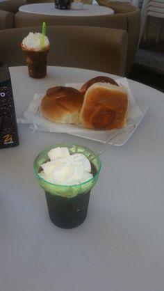 Granita di caffè e panna con brioches