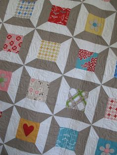 Spoolin' Around quilt by Lori Holt.I went to her site, but couldn't find this quilt. Old Quilts, Scrappy Quilts, Mini Quilts, Quilting Projects, Quilting Designs, Sewing Projects, Spool Quilt, Quilting Board, Girls Quilts
