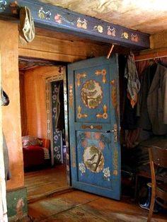 Scandinavian room painting rosemaling and folk art decor Home Design Diy, House Design, Norwegian Rosemaling, B 13, Hand Painted Furniture, Painted Doors, Painted Beams, Wood Doors, Tole Painting