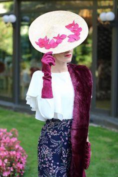 Os deseamos buenas noches con un look by @invitada_perfecta Tocado, guantes y estola de @lacasadeltocado Clutch de @olvidomadrid conjunto y pendientes de @brunacoleccion Zapatos de @salomadrid.es y maquillaje y peinado de @marta_gamarra ❤️❤️❤️