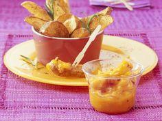 Probieren Sie die leckeren Ofenkartoffeln mit Mango-Chili-Dip von EAT SMARTER!