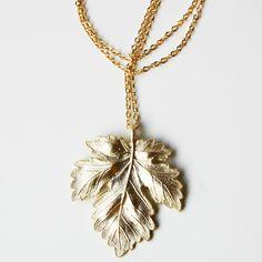 $20.00 Golden maple leaf necklace / Collar de hoja de arce dorada