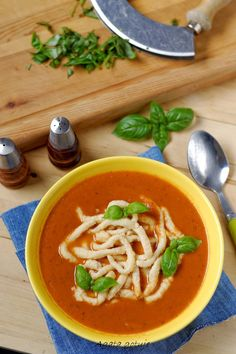 Zupa pomidorowa z żurawiną i lanymi kluskami Thai Red Curry, Soups, Ethnic Recipes, Blog, Soup, Blogging