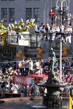 Vappu the first of May (May day / Workers' day) in Helsinki, Havis Amanda statue, Finland - Perinteen mukaan ylioppilaat lakittavat patsaan suurella valkolakilla joka vuosi vapun aattona.Nykyään pääkaupunkiseudun ylioppilaskunnat vuorottelevat lakittamisessa. Pronssin haurastumisen takia patsaalle kiipeäminen on nyttemmin kielletty, joten niin lakitus kuin sitä edeltävä Mantan pesu hoidetaan nosturin varassa.