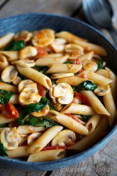 Schnelle Pasta mit Tomaten, Pilzen und Spinat – Blueberry Vegan
