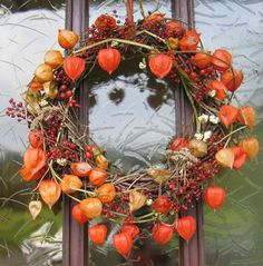 Herbstkranz mit Physalis - auch wunderbar als Autumn wreath with physalis - also wonderf Christmas Diy, Christmas Wreaths, Christmas Decorations, Holiday Decor, Deco Floral, Arte Floral, Diy Wreath, Door Wreaths, Wreath Ideas
