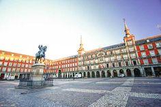 En pleno corazón del Madrid de los Austrias, la Plaza Mayor de Madrid se creó en 16. Está cerrada por edificios de viviendas de tres plantas. Uno de los más famosos es la preciosa Casa de la Panadería. En el centro hay una estatua ecuestre del rey Felipe III. La plaza Mayor de Madrid, además de bonita, es el lugar perfecto para tomar algo en una de sus terracitas mientras disfrutas del sol. Y si tienes hambre come algo en el restaurante Casa Botín, el más antiguo del mundo (fue fundado en…