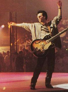 Johnny Marr performs on stage with The Smiths during the San Remo Music Festival on February 1987 in San Remo, Italy. Andy Rourke, The Smiths Morrissey, Johnny Marr, Music Pics, 80s Music, Love Songs Lyrics, Night Aesthetic, Charming Man, Britpop