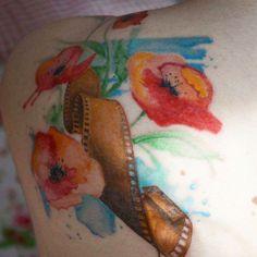 """""""La cosa che mi piace di più delle persone tatuate, è che hanno già superato la paura del """"per sempre""""  #tatuaggio #papaveri #rullino #acquerello…"""""""