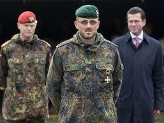 Im Anschluss an seine Rede verlieh der Minister das Ehrenkreuz der Bundeswehr für Tapferkeit an den Hauptfeldwebel Jan Hecht. Er hatte am 4. Juni 2009 in Afghanistan den Auftrag den Spähtrupp einer Aufklärungskompanie zu verstärken. Dieser war massivem feindlichem Feuer ausgesetzt und drohte vernichtet zu werden.