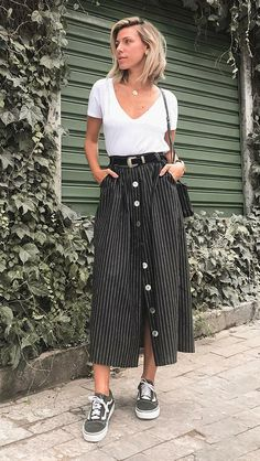 Saia midi com tênis: 9 maneiras imperdíveis de investir nessa dupla Midi outfit with sneakers: 9 must-have methods to take a position on this pair. Looks Style, Casual Looks, My Style, Trendy Style, Smart Casual, Feminine Style, Simple Style, Modest Fashion, Fashion Outfits