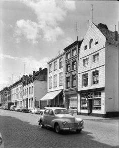 Boschstraat met rechts cafe Scharis.