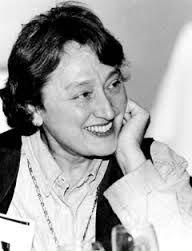 """Lynn Margulis (1938) conocida en el mundo de la ciencia contemporánea por sus importantes aportaciones a la biología: es autora de la """"Teoría de la Endosimbiosis"""" en la evolución celular, y la """"Teoría de la simbiogénesis"""" en relación con la evolución general de los organismos vivos; colaboró con el químico James E. Lovelock en la formulación de la """"Hipótesis Gaia"""", que considera el comportamiento del planeta como un organismo complejo."""