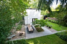 The post Sleek modern in Nuenen appeared first on HOOG.design - Exclusive living inspiration in the United Kingdom. Outdoor Spaces, Outdoor Living, Outdoor Decor, Green Garden, Home Look, Pathways, Garden Projects, Landscape Architecture, Amazing Gardens