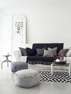 シンプルなモノトーンコーディネートのリビングルーム。白をベースに黒とグレーをアクセント程度に。