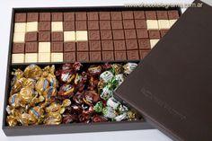 Estuche de madera revestido en cuero con mensaje escrito con 70 fichitas de chocolate, más caramelos Butter Toffees Couple Gifts, Chocolate, Food, Original Gifts, Teachers' Day, Candies, Index Cards, Crates, Sweet Treats